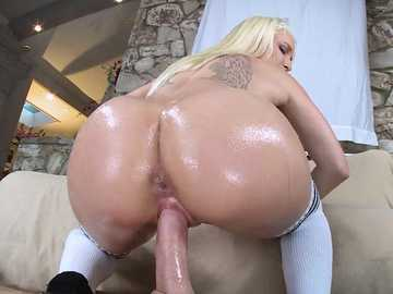 Bubble butt Stevie Shae rides a shaved big cock